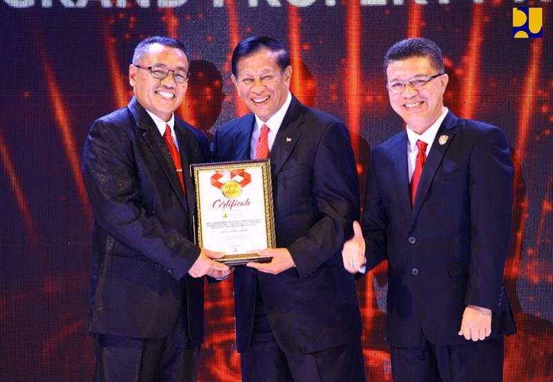 Menteri Basuki Menerima Penghargaan Tokoh Pembangunan Infrastruktur Indonesia dari Majalah Property & Bank